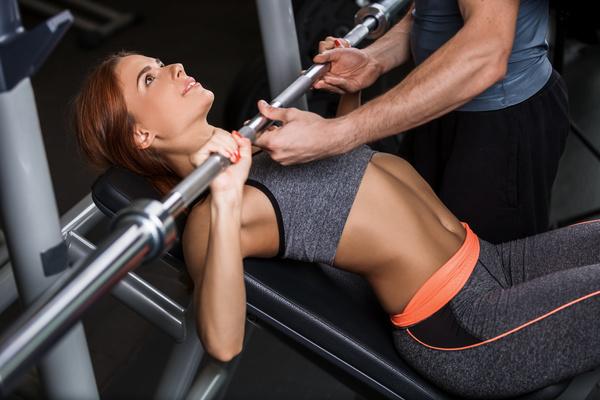 Devojka diže tegove personalni trening fitness