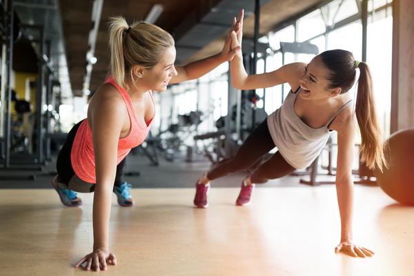 Žene u teretani personalni trening fitness